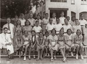 Photo: klas 1935 foto ontvangen van Hofman-Klerkx  links staand Dr. Schouten