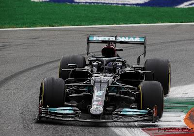 Hamilton pakt 100ste zege nadat Norris overwinning verspeelt op nat wegdek, Verstappen van achterveld naar plek 2