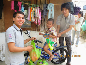 Photo: Chiang Dao: Pitoon receives new bicycle and provisions for Songkran 2014