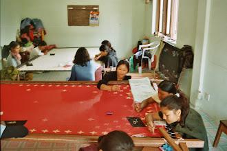 Photo: Geförderte Frauen bei handwerklicher Arbeit. Hilfe kommt an.