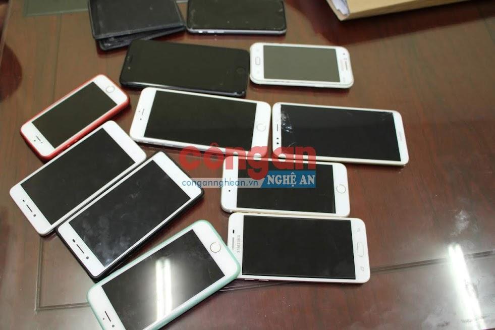 Cơ quan điều tra thu giữ tang vật điện thoại di động có giá trị hàng chục triệu đồng