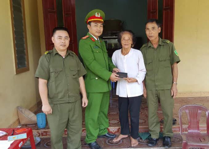 Cán bộ Công an huyện Anh Sơn trả lại tài sản cho người đánh rơi