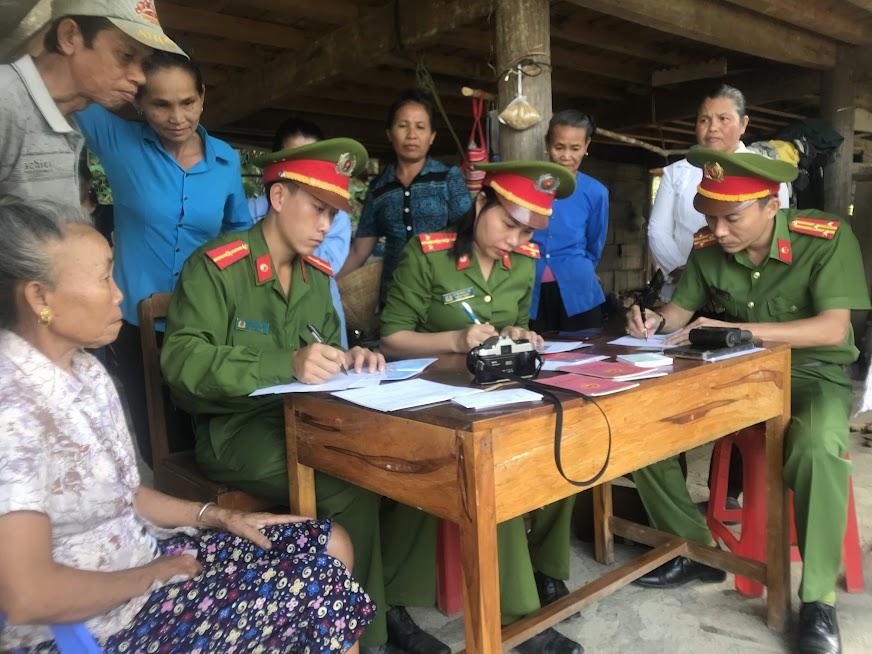 Công an huyện Quế Phong, Nghệ An vào bản sâu làm CMND cho đồng bào