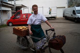 Photo: Pro pečivo k Bláhovi.  Podobu pekaře na sebe vzal Jirka se svým originálním nákladním kolem www.cargobikes.cz  Autorka: Sylva Švihelová