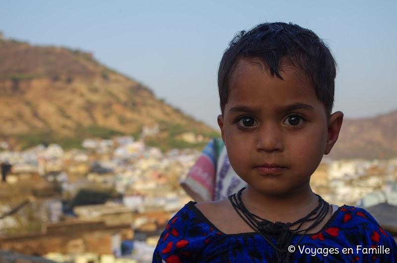 Bundi, enfant sur la terrasse
