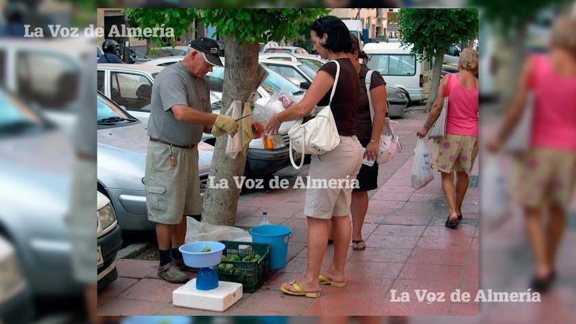 En agosto de 2007 todavía era posible encontrar en las calles de Almería a aquellos peladores de chumbos que se ganaban unas monedas.
