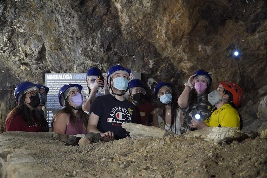 Los guías les enseñaron cientos de minerales durante su visita.