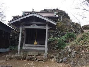 本殿と裏手に大岩