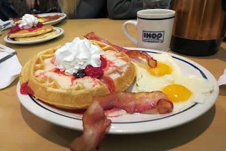 Photo: IHOP:n aamupala - maailman parhaat vohvelit!