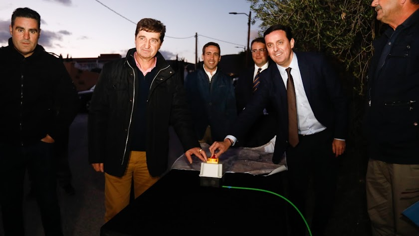 Las autoridades políticas en la inauguración del alumbrado eficiente