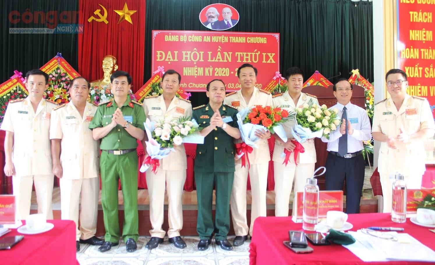 Các đại biểu chúc mừng BCH Đảng bộ Công an huyện Thanh Chương nhiệm kỳ 2020 – 2025