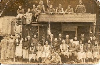 Photo: Pracownicy dworu w Czernicy w czasie dzierżawy H.Mullera. W pierwszym rzędzie z parasolem siedzi najprawdopodobniej Karol Rezner, obok Emilia Muller - siostra Henryka, Henryk Muller.