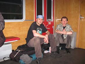 """Photo: Następnie kotwiczymy się w przedziale """"bydlęcym"""" pociągu zmierzającego do Zwardonia. Pośród tytoniowego dymu, pieniącego się piwka i gwaru robotników wracających do swych domów, prowadzimy zażarte dyskusje nt prawdopodobieństwa powołań poszczególnych zawodników do kadry Biało - Czerwonych, akrobacji na łyżwach czy też planowanych wypraw na Podlasie i Ukrainę."""