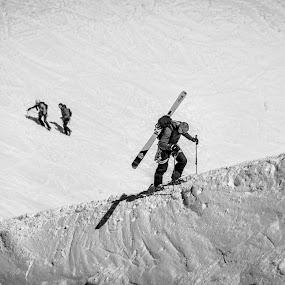 alpinista by Carlos Kiroga - Black & White Sports
