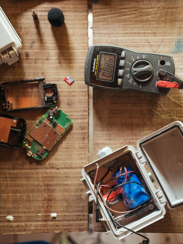 Téléphone Android recyclé et transformé en appareil de surveillance acoustique alimenté à l'énergie solaire qui détecte le bruit des abattages clandestins dans la région