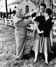 """Photo: Hitchcock brinca com John Forsythe e Shirley MacLaine em """"O Terceiro Tiro""""."""