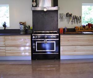 rénover sol cuisine en béton ciré par applicateur spécialisé Les Bétons de Clara