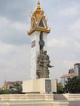 Photo: Statue de l'amitié Cambodge-Vietnam (avec une mitraillette dans chaque main)