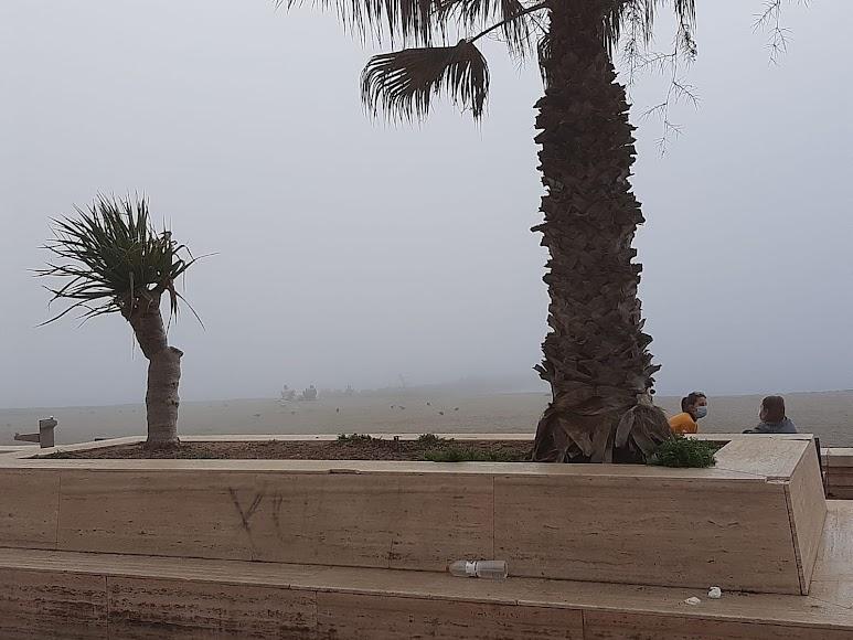Niebla en Almería: así desaparecía esta tarde el Paseo Marítimo