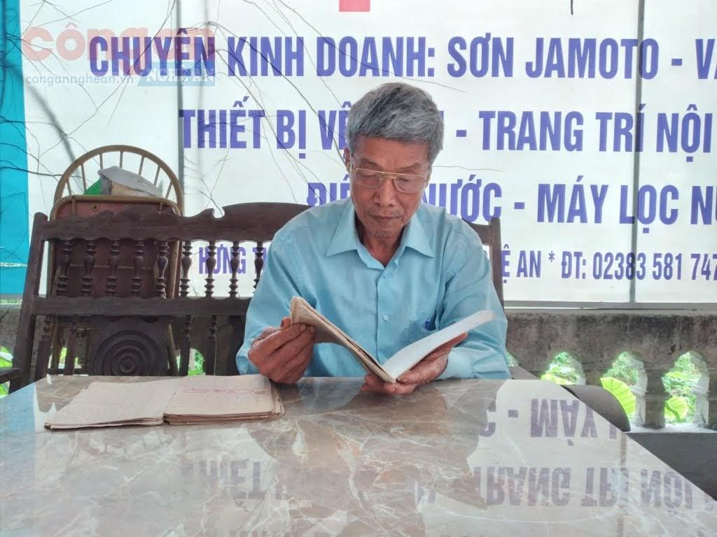 Cựu chiến binh Hồ Trọng Thanh lần giở lại  những trang nhật ký chiến trường