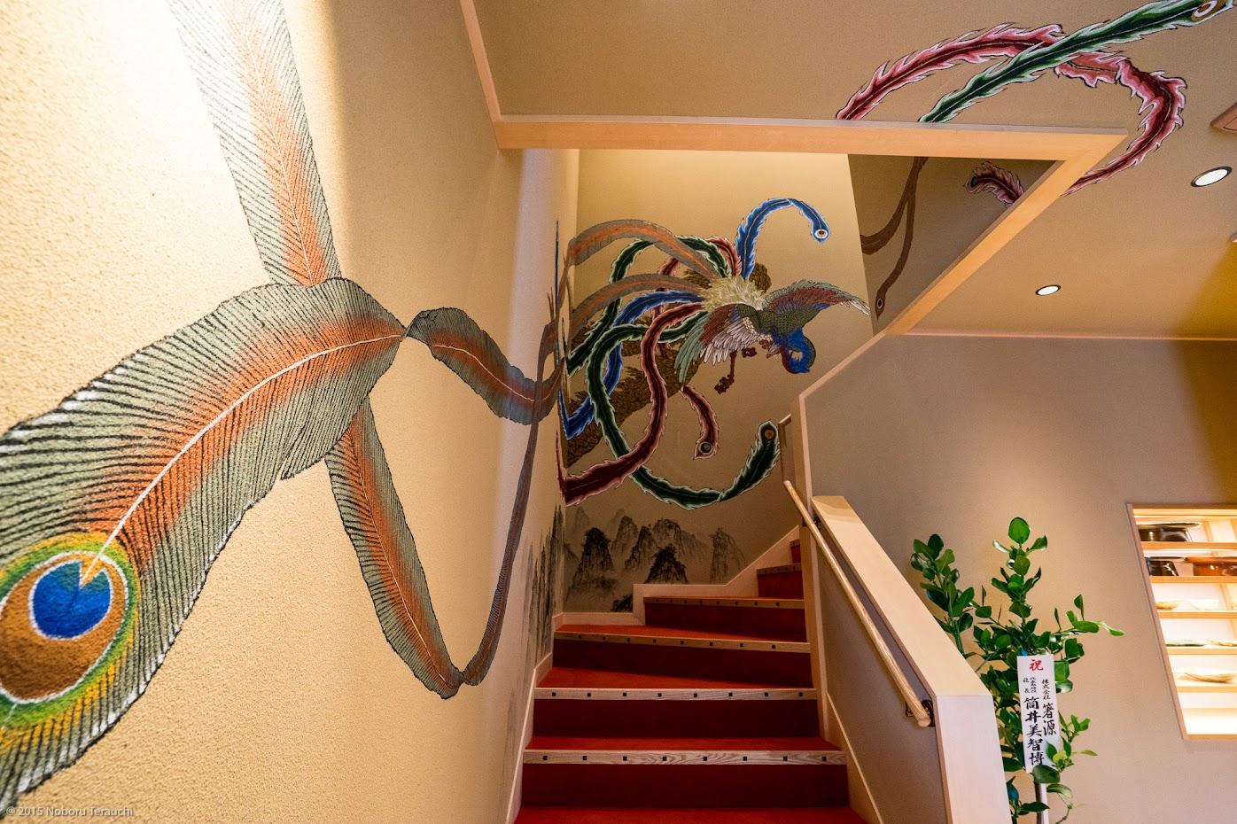 階段壁に描かれた「愛覕鳳凰(あいべつほうおう)」