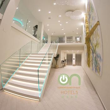 réception de l'hotel sur l'escalier