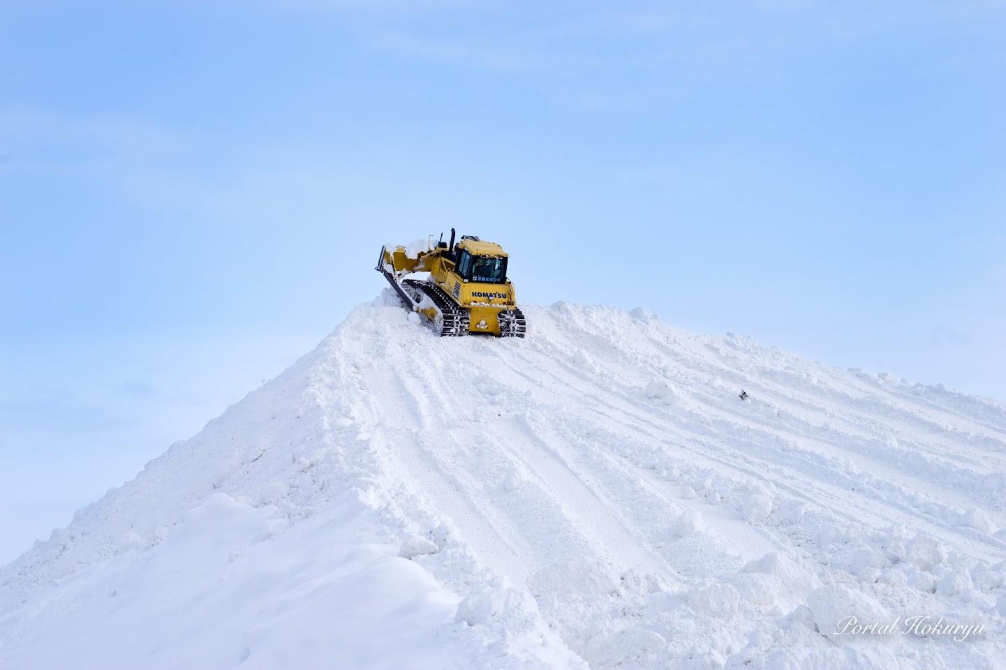 巨大な雪山を登頂