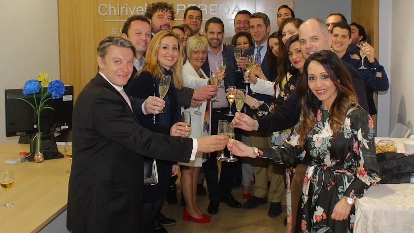 Rubén Pereda Molledo, responsable de Expansión del grupo inmobiliario 'Chirivel: Pereda', junto a los invitados a la inauguración.