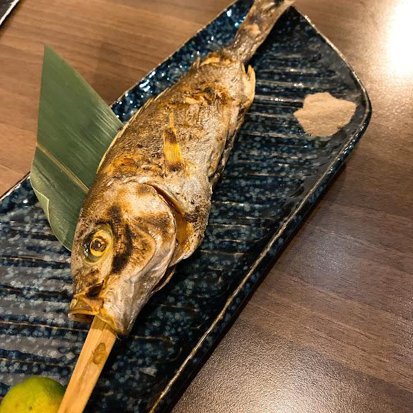 藏身在海邊路巷弄裡的 路地 食事處処 充滿濃濃日式感的居酒屋 也有很多日本客人上門! 氣氛很棒 料理上有很多當日限定料理可以選擇 另外很推薦鰻魚飯3吃喔