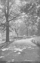 Photo: Das Ehrenmal mit seitlichen Pyramiden (Quelle: Hagen, Reihe ,Monographien deutscher Städte', 1928, S. 28).