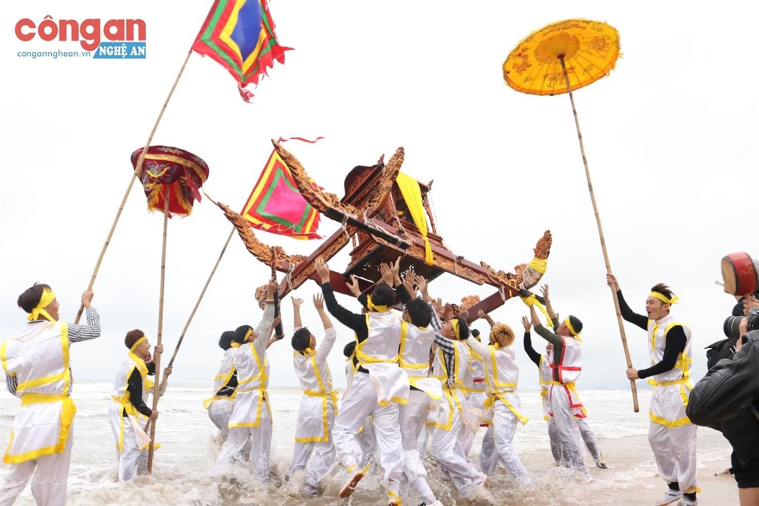 Màn rước kiệu trong lễ cầu ngư của Lễ hội đền Cờn