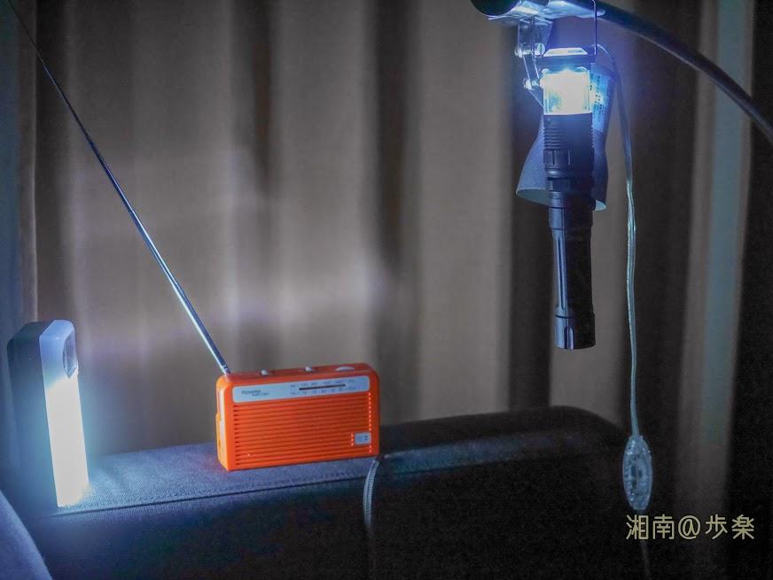 100均の懐中電灯とイオンの防災ラジオ