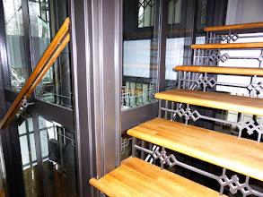 Photo: Innnentreppe an Einbau-Liftturm