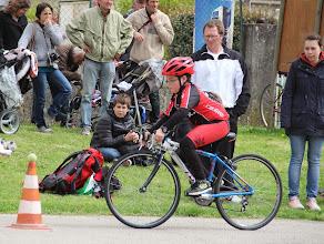 Photo: Premiers tour de roue pour Alexis sous le regard de papa et Odeline.