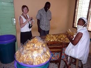 Photo: elle seront empaquetées par sachets de 250 gr, sachant qu'il faut 6 kg d'ananas frais par sachet !