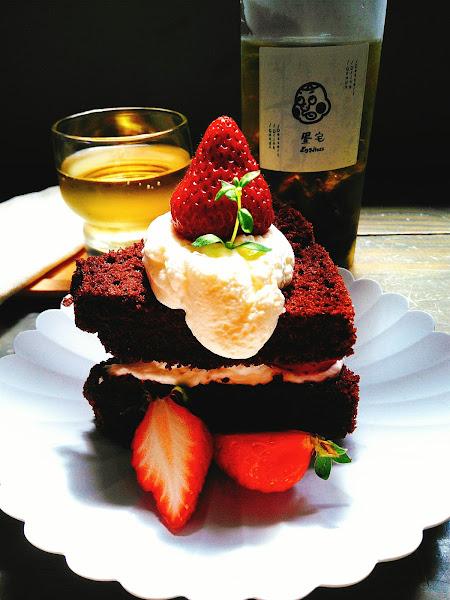 草莓巧克力夾心戚風蛋糕$180,奶油綿密細緻,蛋糕很蓬鬆柔軟,草莓大顆,巧克力微苦帶甜。 手摘山山烏龍茶是高山冷泡烏龍$150,低溫冷泡48小時,回甘不苦澀。