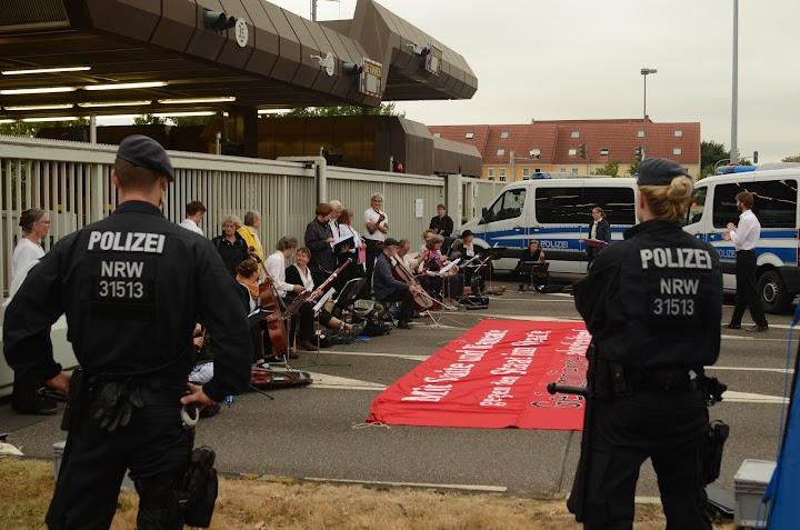 Blockierer:innen und Polizei.