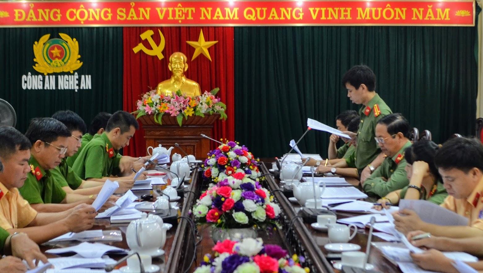 Đại diện lãnh đạo Phòng Tham mưu Công an Nghệ An báo cáo một số kết quả ứng dụng CNTT trong CCHC