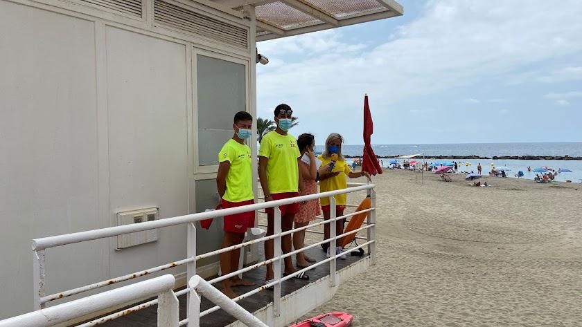 El equipo de socorrismo atendió a La SER desde la torre de control de la playa de El Zapillo