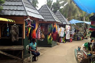 Photo: Jamaikan värejä tarjolla eri muodoissa - putouksella myytävät vesitossut Jamaikan väreissä olivat tosi tyylikkäät, melkein toivoin, että olisin jättänyt niiden ostamisen vasta putoukselle!