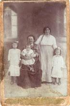 Photo: Nagy Lajosné-Pálffy Vilma, Pálffy Mariska, kisleányok: Nagy Mariska (1909-1976), Ili (1913-2004), Vilma (1911-2005)1915