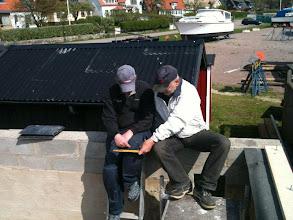Photo: Curt och Ulf inspekterar ständigt bygget så allt blir som det är tänkt.