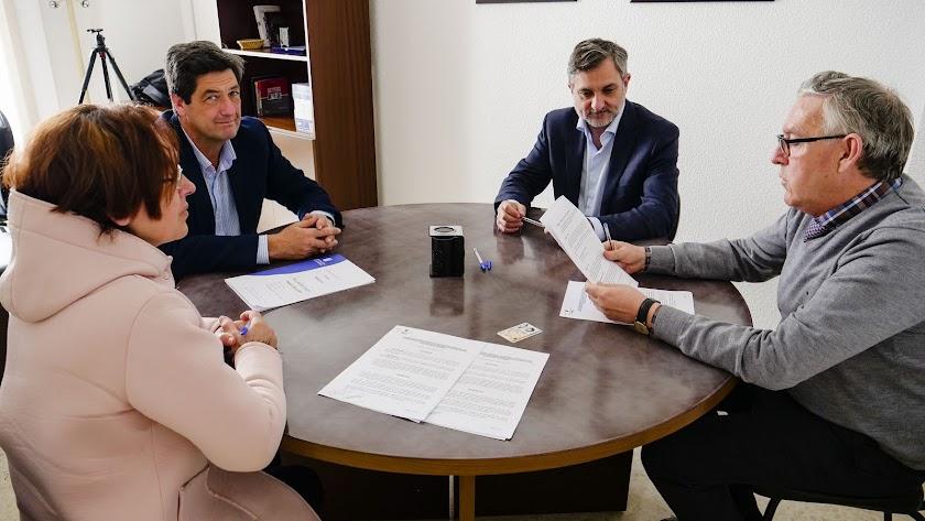 Firma del contrato entre la familia y la Diputación.