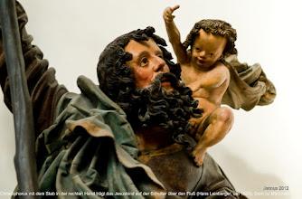 Photo: Christophorus mit dem Stab in der rechten Hand trägt das Jesuskind auf der Schulter über den Fluß (Hans Leinberger, um 1525), Dom zu München