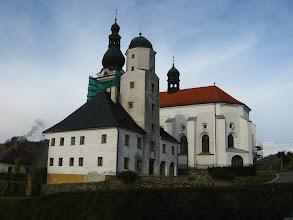 Photo: Nie pozostaje więc nic innego aniżeli w tył zwrot i zlustrowanie budynku wójtostwa z kwadratową wieżą z przełomu XVI i XVII oraz kościoła parafialnego z 1614r.