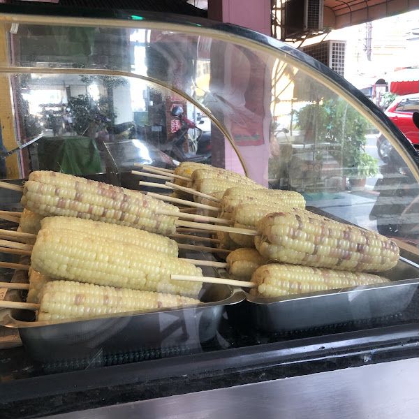 比別家好吃的烤玉米秘訣就是燜熟!  玉米都會先用石頭跟熱水燜熟,這樣烤出來的玉米就不會乾柴,反而很有水份。  燜熟完了的玉米會放在盤子裡讓客人選擇(玉米是稱重賣的),覺得太貴的話可以請店家選更小隻的玉
