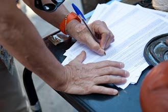 Photo: También recogiendo firmas para le ICE.