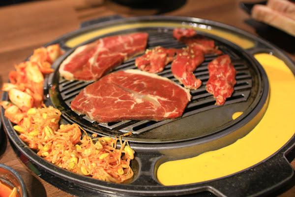台北信義區美食、寵物友善餐廳|Woosan韓式烤肉店。部隊鍋、韓國烤肉鍋爐起士、烘蛋、韓國小菜吃到飽