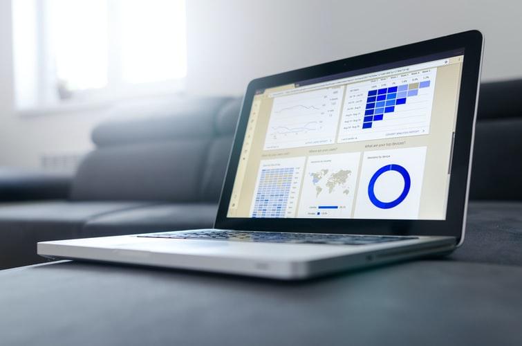 Gráficos mostrados na tela de um notebook