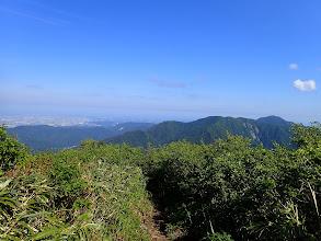 後ろを振り返る(右に火燈山・小倉谷山・富士写ヶ岳など)